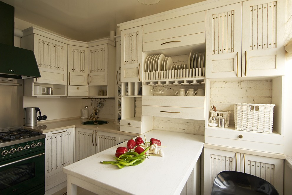 Встроенный белый стол на маленькой кухне