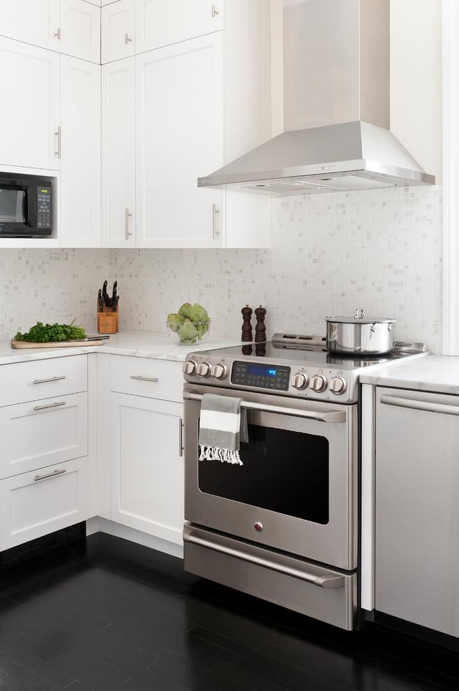 Черный пол в маленькой кухне