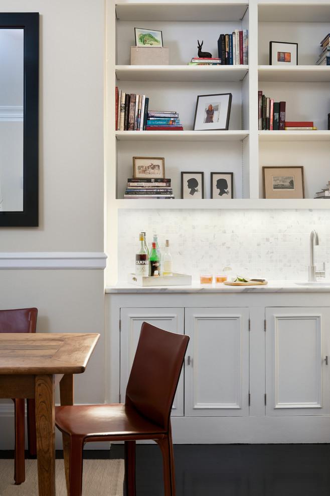 Белая мебель в маленькой кухне