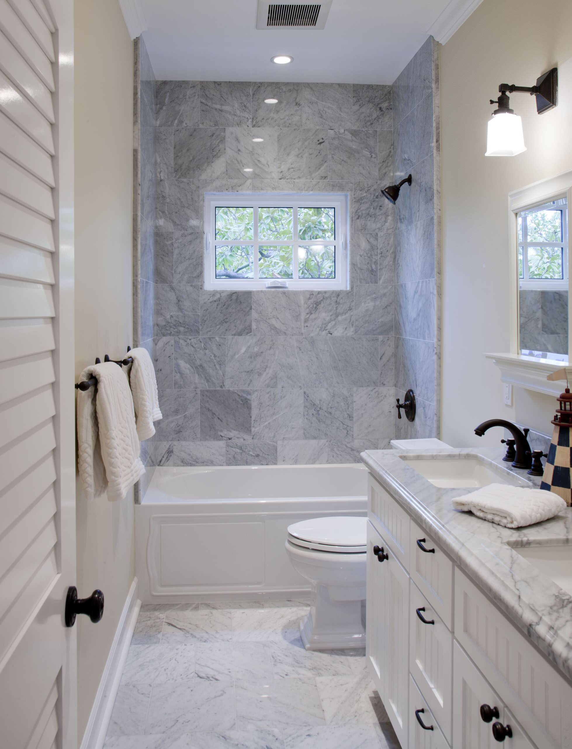 Высокое окно в ванной