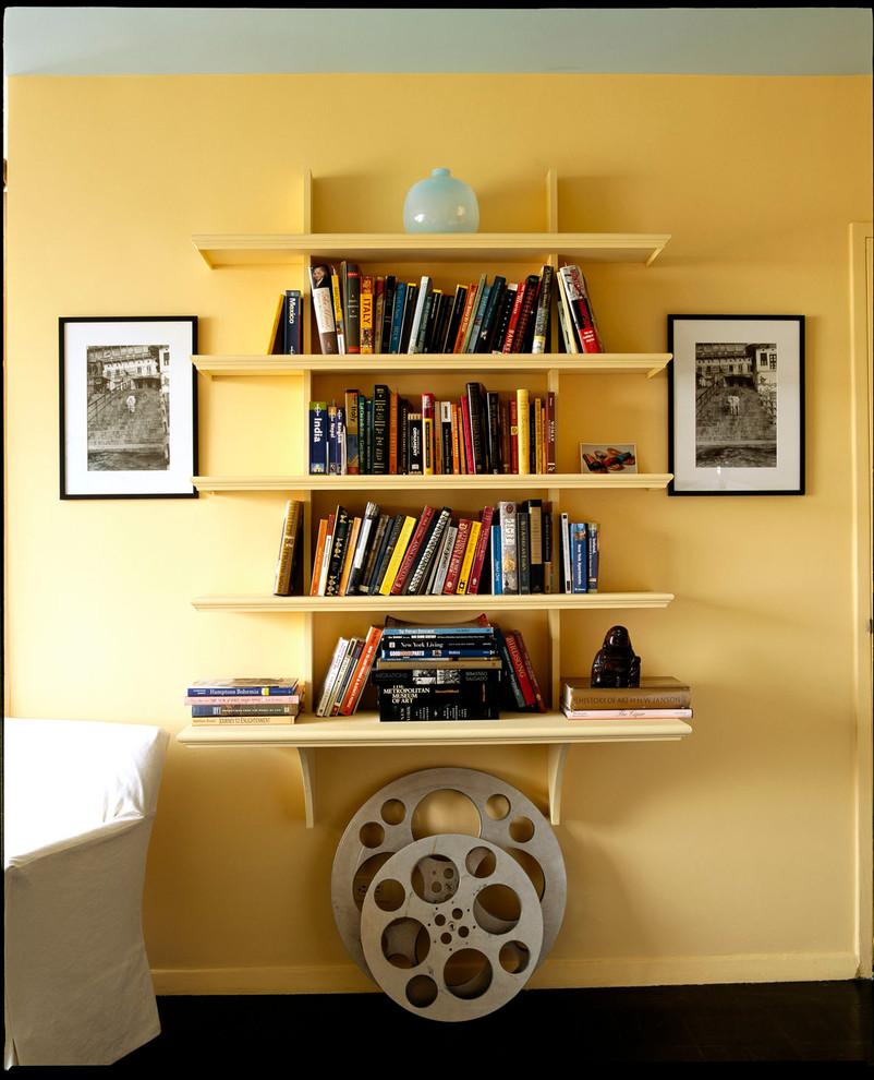 Креативный книжный стеллаж в квартире для девушки