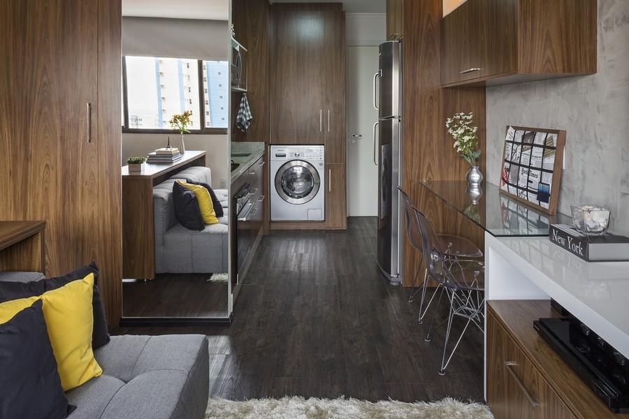 Компактная кухня и встроенная стиральная машина в маленькой квартире в Бразилии