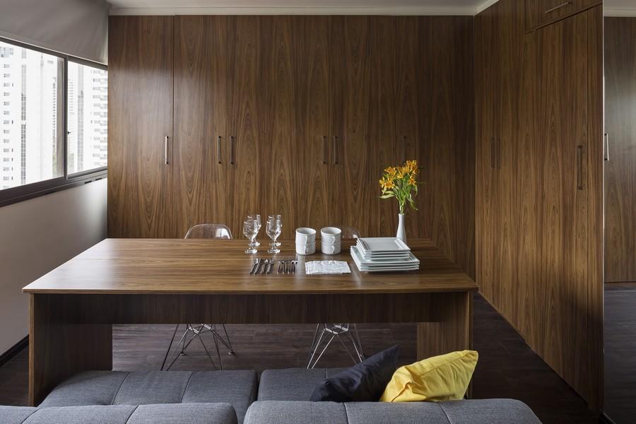 Сервированный стол для приёма гостей в небольшой квартире в Бразилии