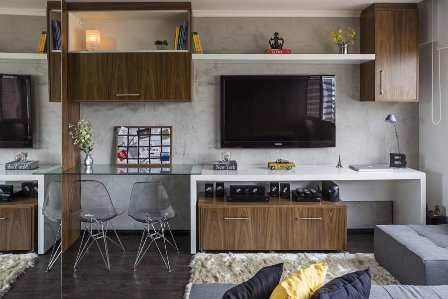 Зеркальная стена в интерьере маленькой квартиры в Бразилии