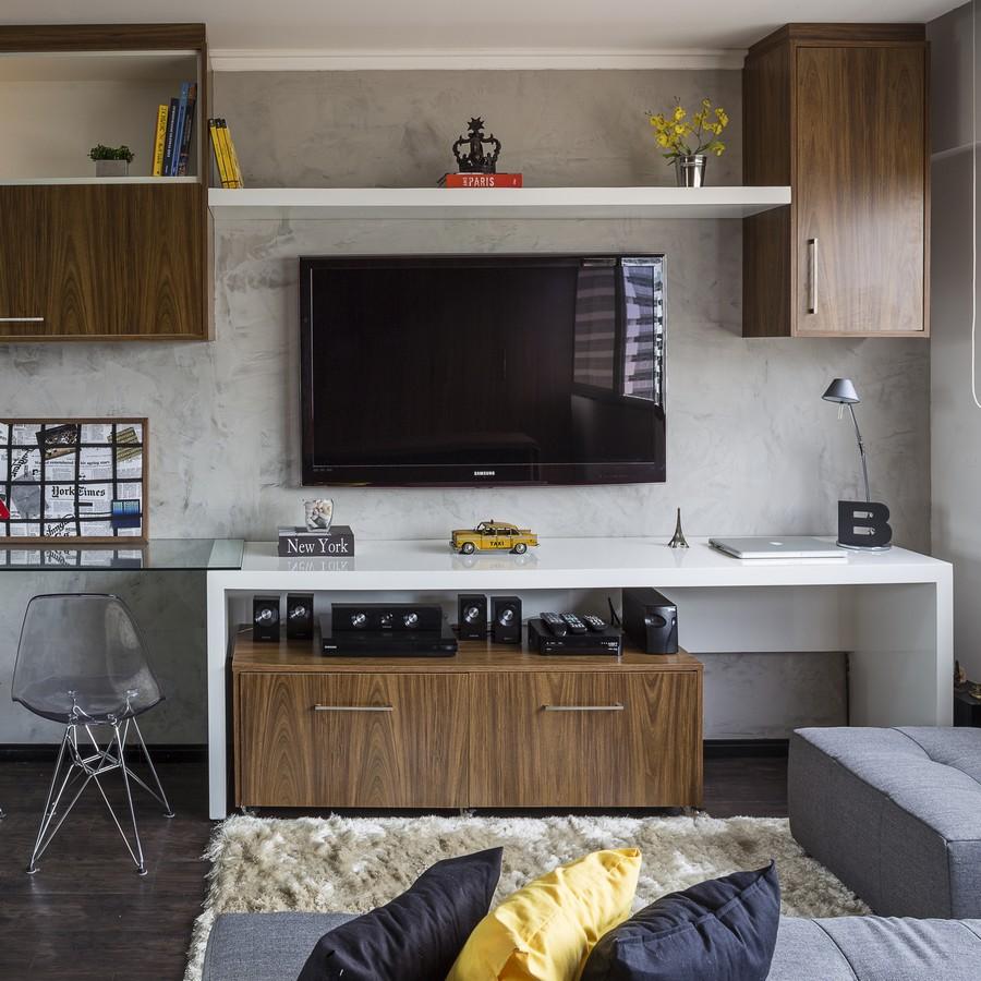 Большой телевизор и аудиосистема 5:1 в небольшой квартире в Бразилии
