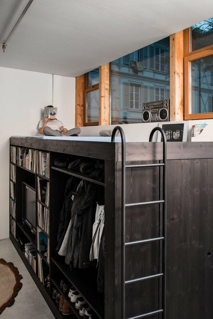 Книжный шкаф и гардеробная под кроватью