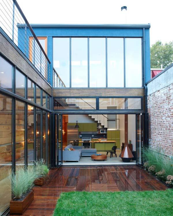 Выход во внутренний дворик через большие стеклянные раздвижные двери