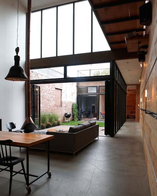 Длинный коридор вдоль стеклянной стены