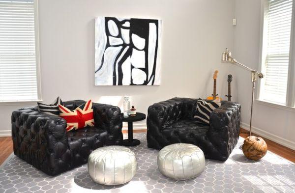 Чёрные кресла и белые пуфики