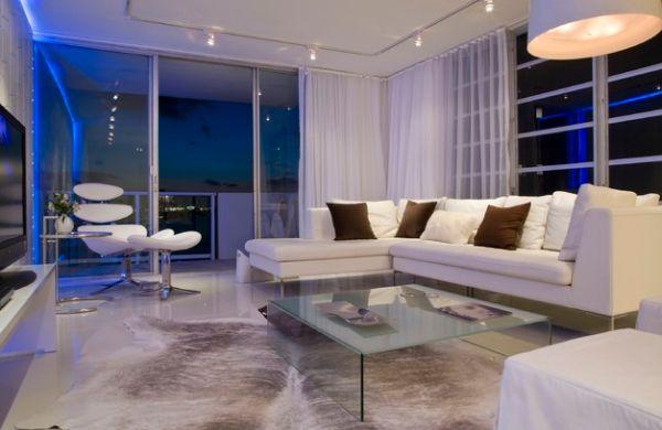 Контрастные диванные подушки в белой гостиной