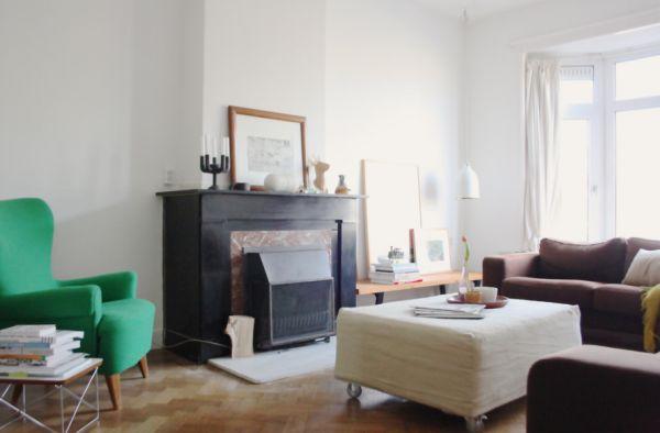 Яркое зелёное кресло в светлой гостиной
