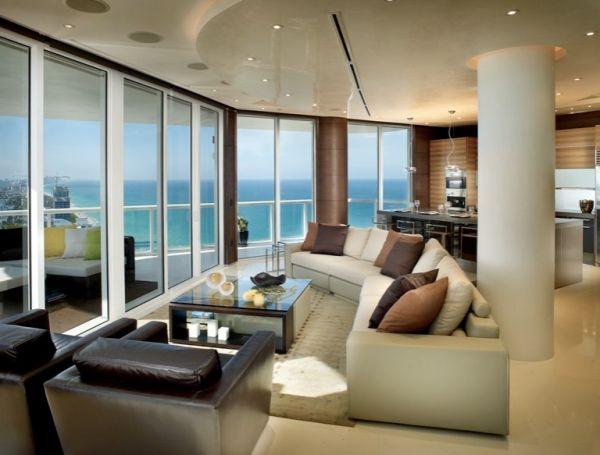 Стильные интерьер видовой гостиной в светлых тонах