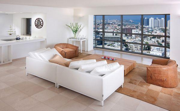 Белый диван напротив панорамного окна