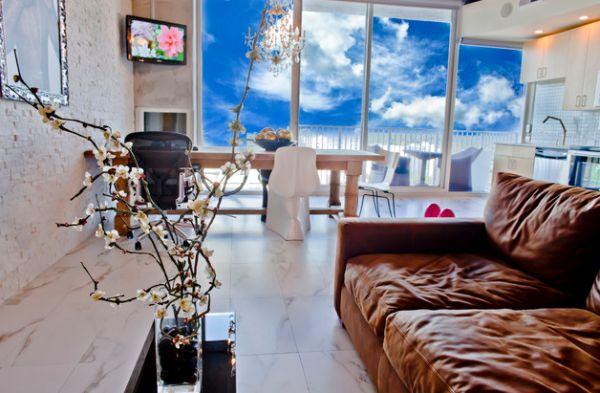 Цветущая композиция на столике в гостиной