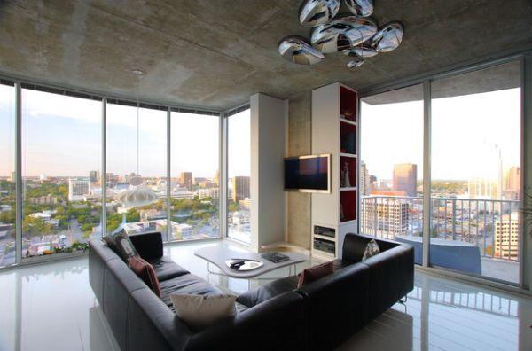 Чёрный диван в гостиной с роскошным видом