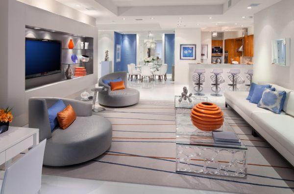 Сочетание оранжевого и синего в серой гостиной