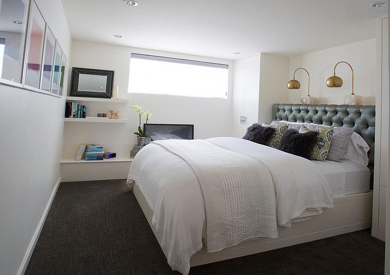 Спальня в подвальном помещении с большим окном