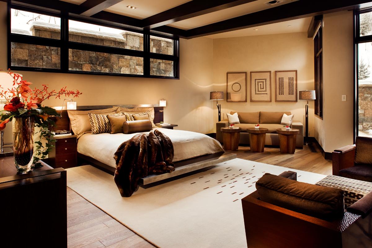Спальня в коричневых тонах в подвальном помещении