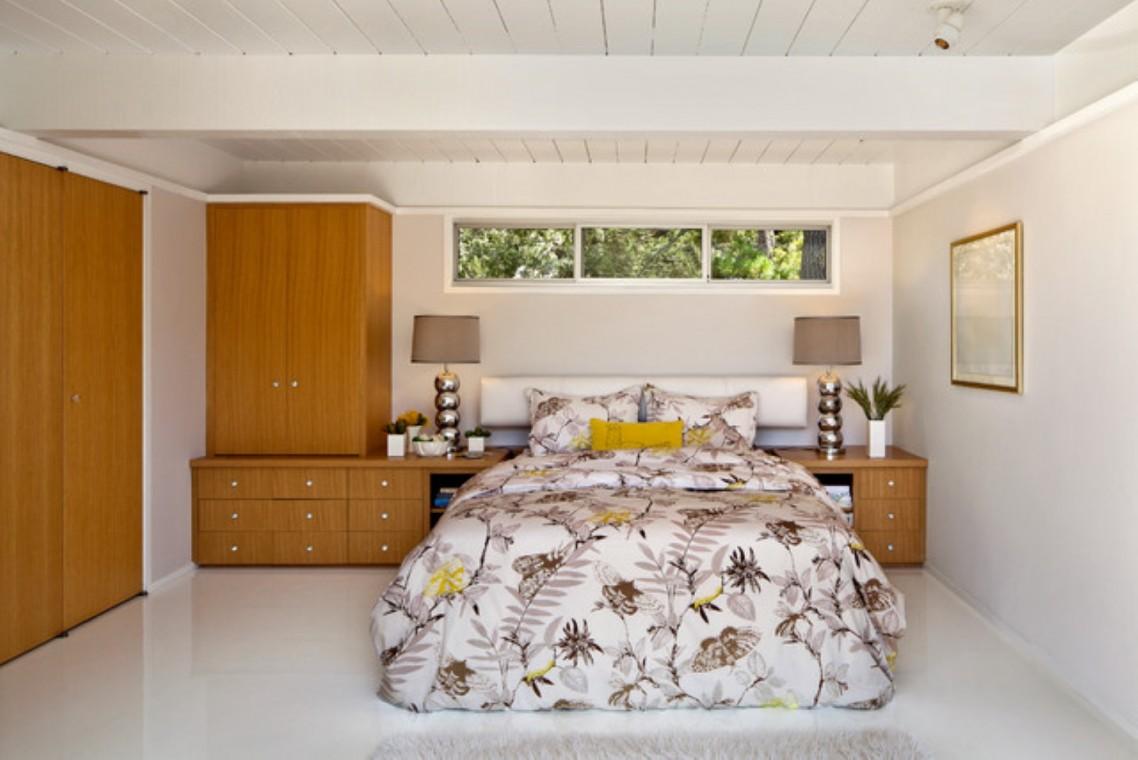 Уютная спальня в подвальном помещении