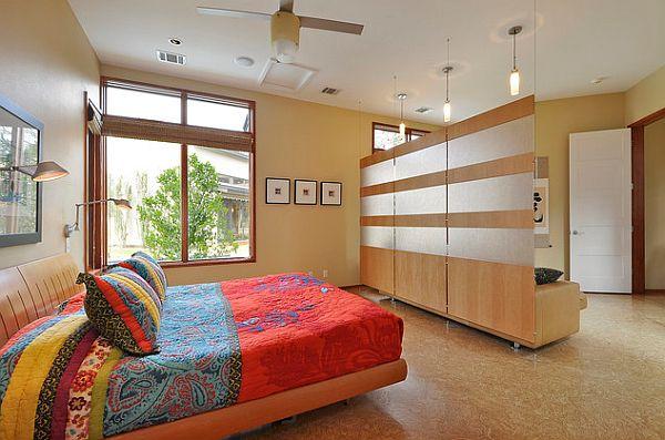 Деревянная декоративная перегородка в спальне