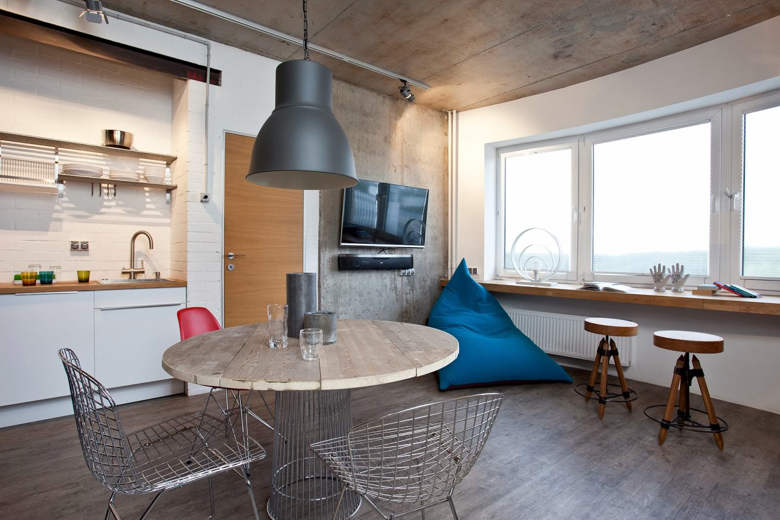 Столовая дизайнерской квартиры-студии в России