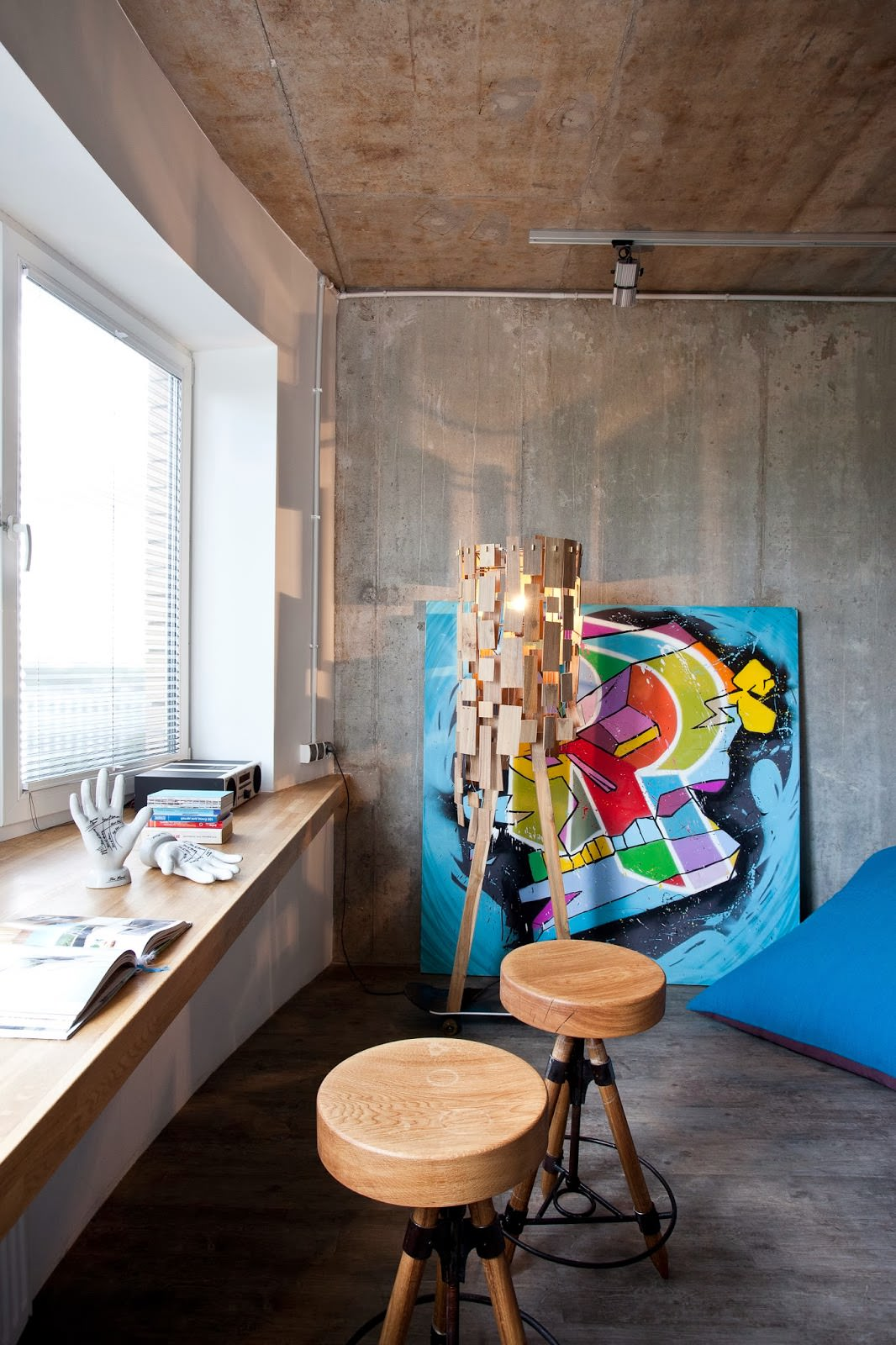 Подоконник в дизайнерской квартире-студии в России