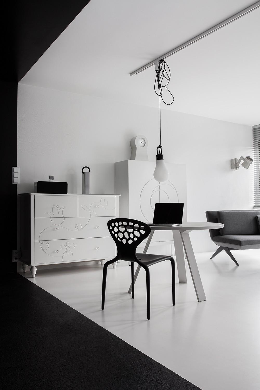 Оригинальная идея освещения в интерьере Black&White Studio в Познани