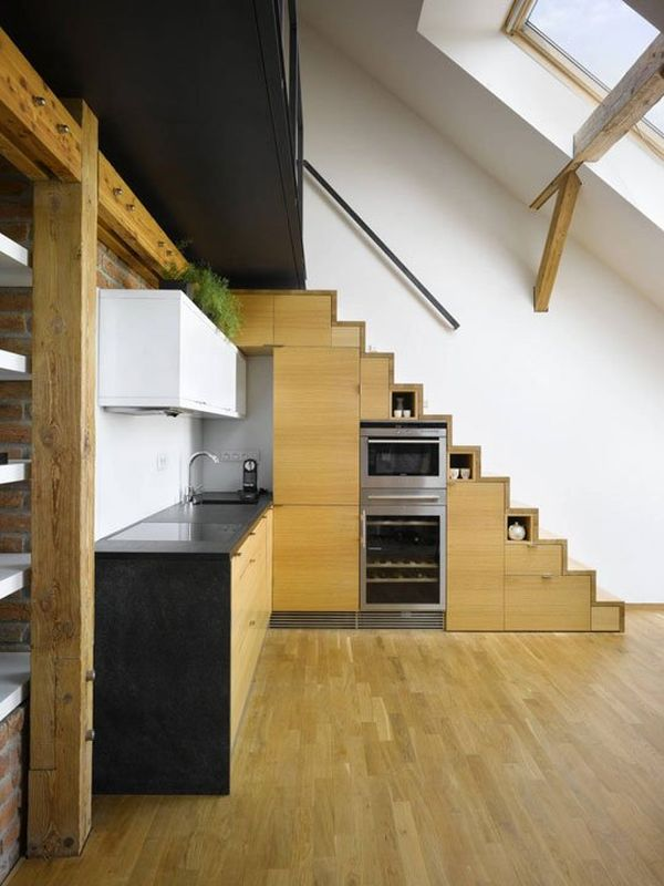 Кухня под лестницей