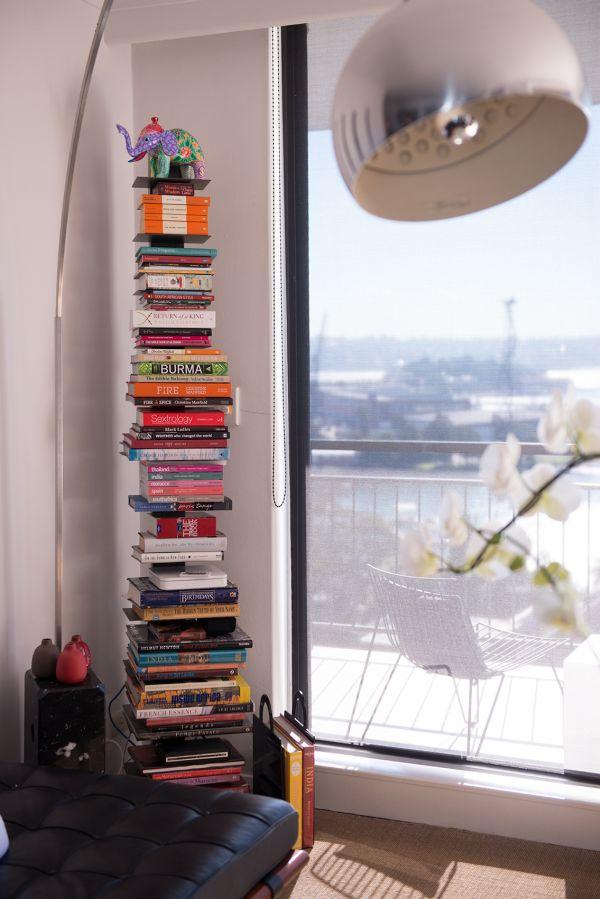 Стеллаж для книг в углу
