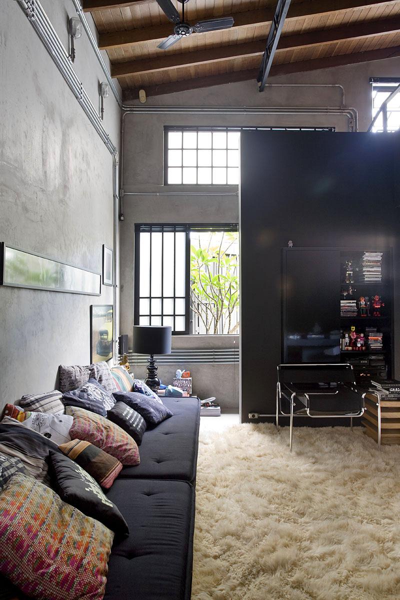 Уютный диван с множеством ярких подушек
