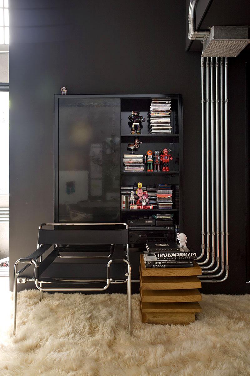 Стильное оформление шкафчика в чёрном цвете