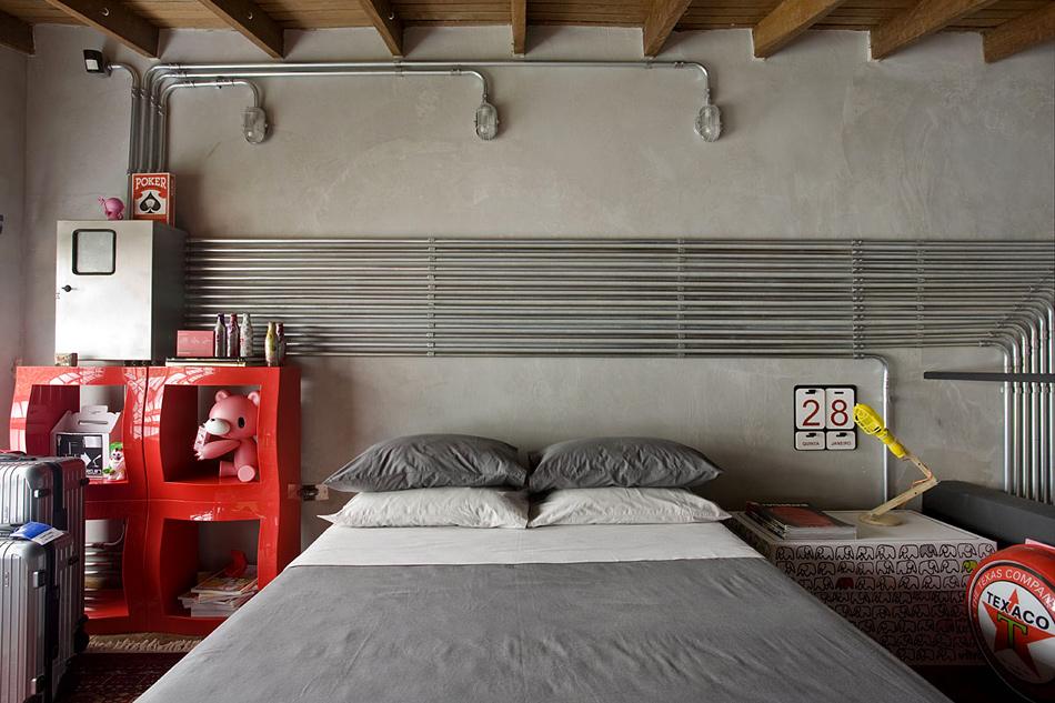 Кровать со спинкой из бетона