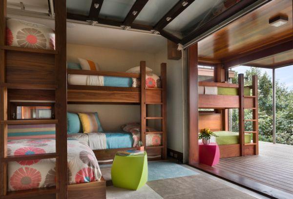 Яркие двухуровневые кровати внутри и снаружи номера