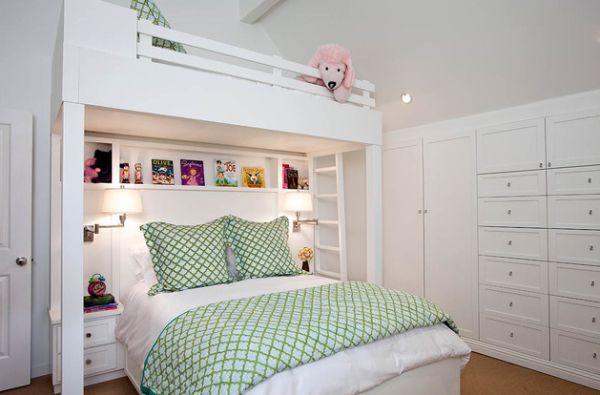Большая двухуровневая кровать в небольшой детской