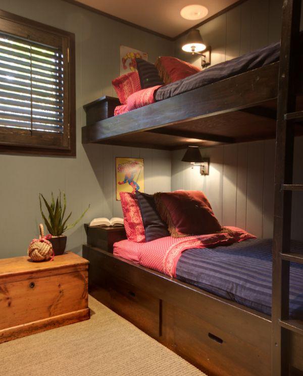 Двухуровневая кровать с настенными светильниками