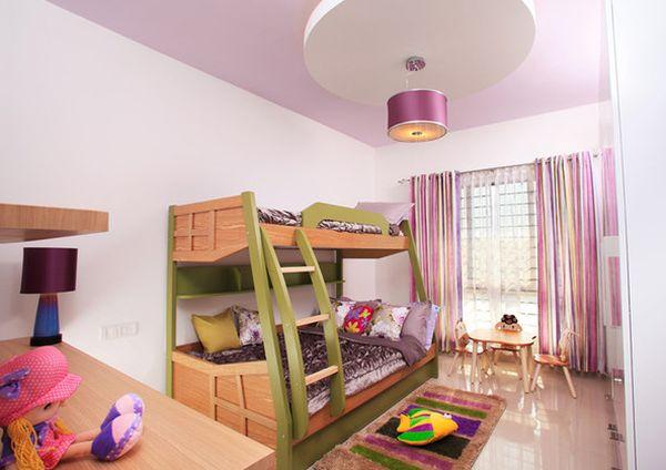 Двухуровневая кровать в детской для девочек