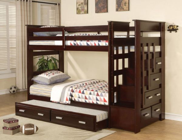 Роскошная деревянная кровать в детской