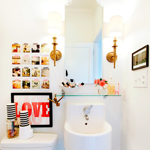Красочные снимки на стене в ванной