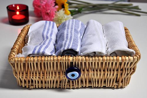 Салфетки в плетёной корзинке