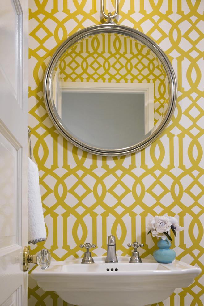 Обои с красочным орнаментом в ванной