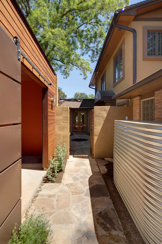 Дорожка между домом и гаражом