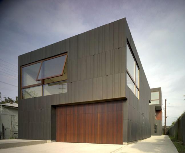 Оригинальный гараж с большими окнами