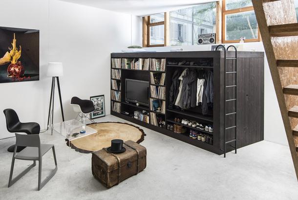 Мобильный многофункциональный шкаф в гостиной