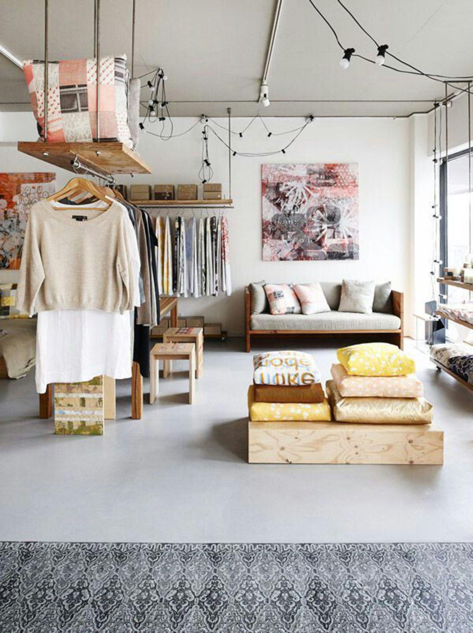 Платяные штанги в интерьере маленькой студии