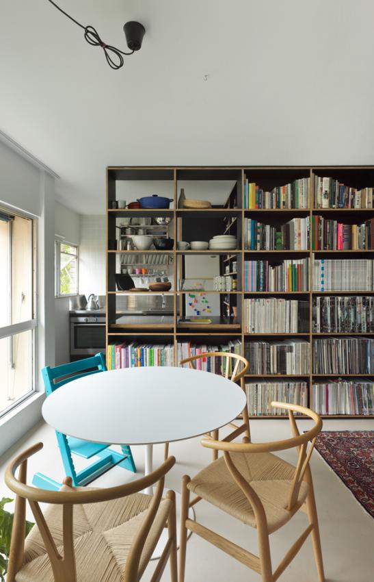 Обеденная зона в маленькой квартире-студии