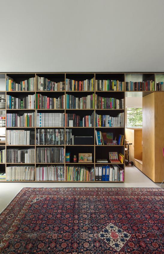 Книжный стеллаж в маленькой квартире-студии
