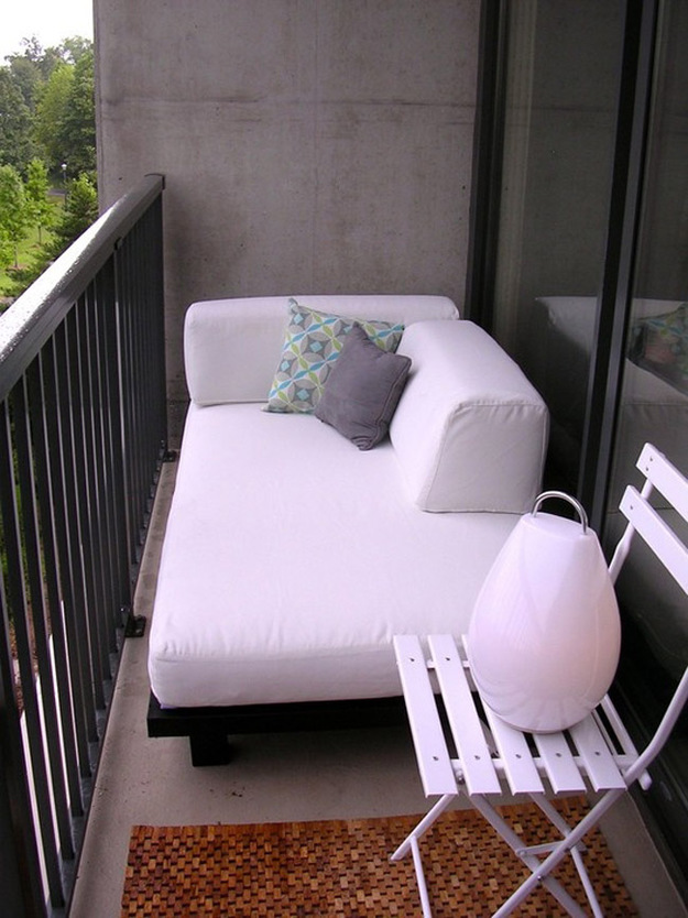 Мягкий диван в интерьере балкона