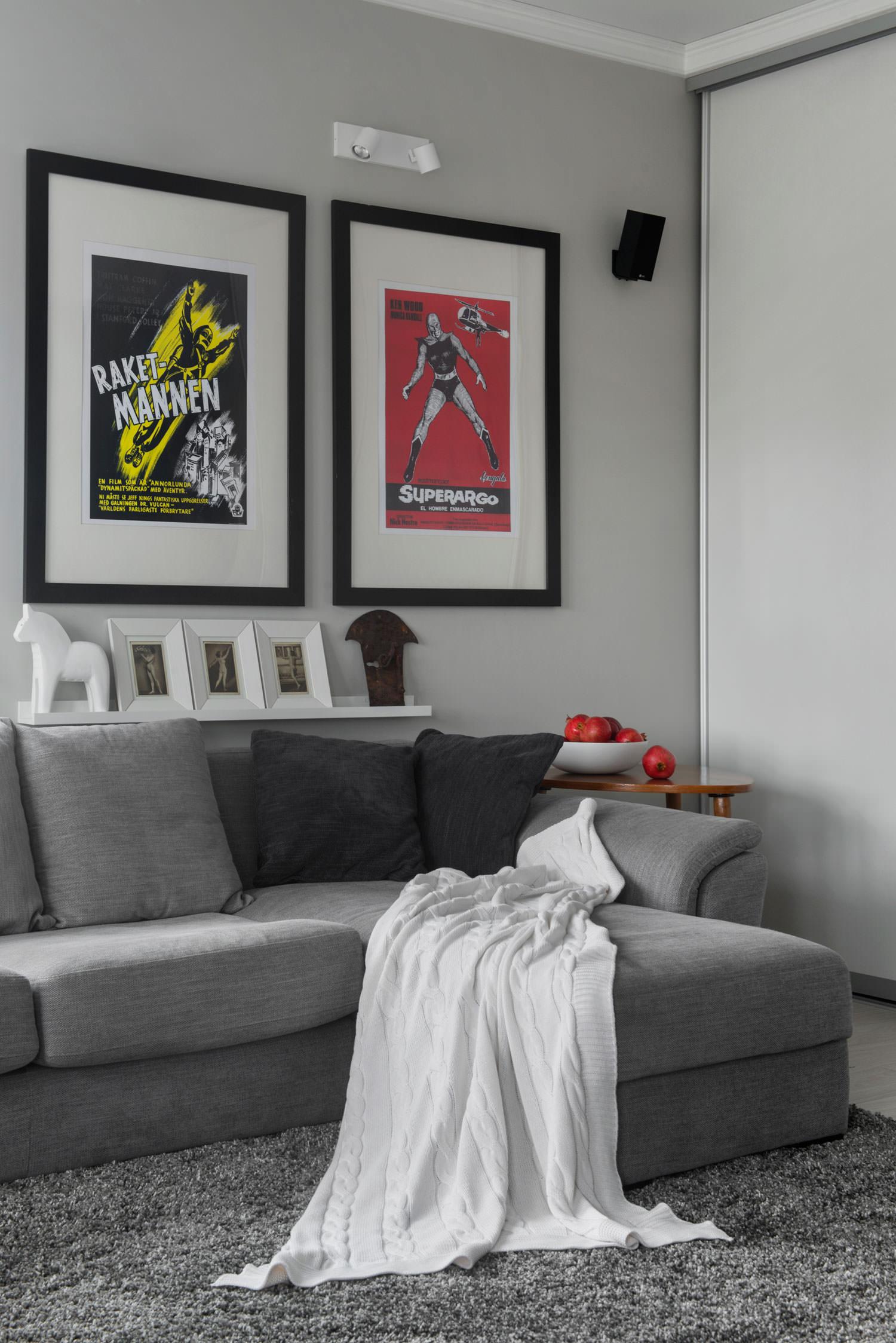 Картины на стене в гостиной квартиры-студии