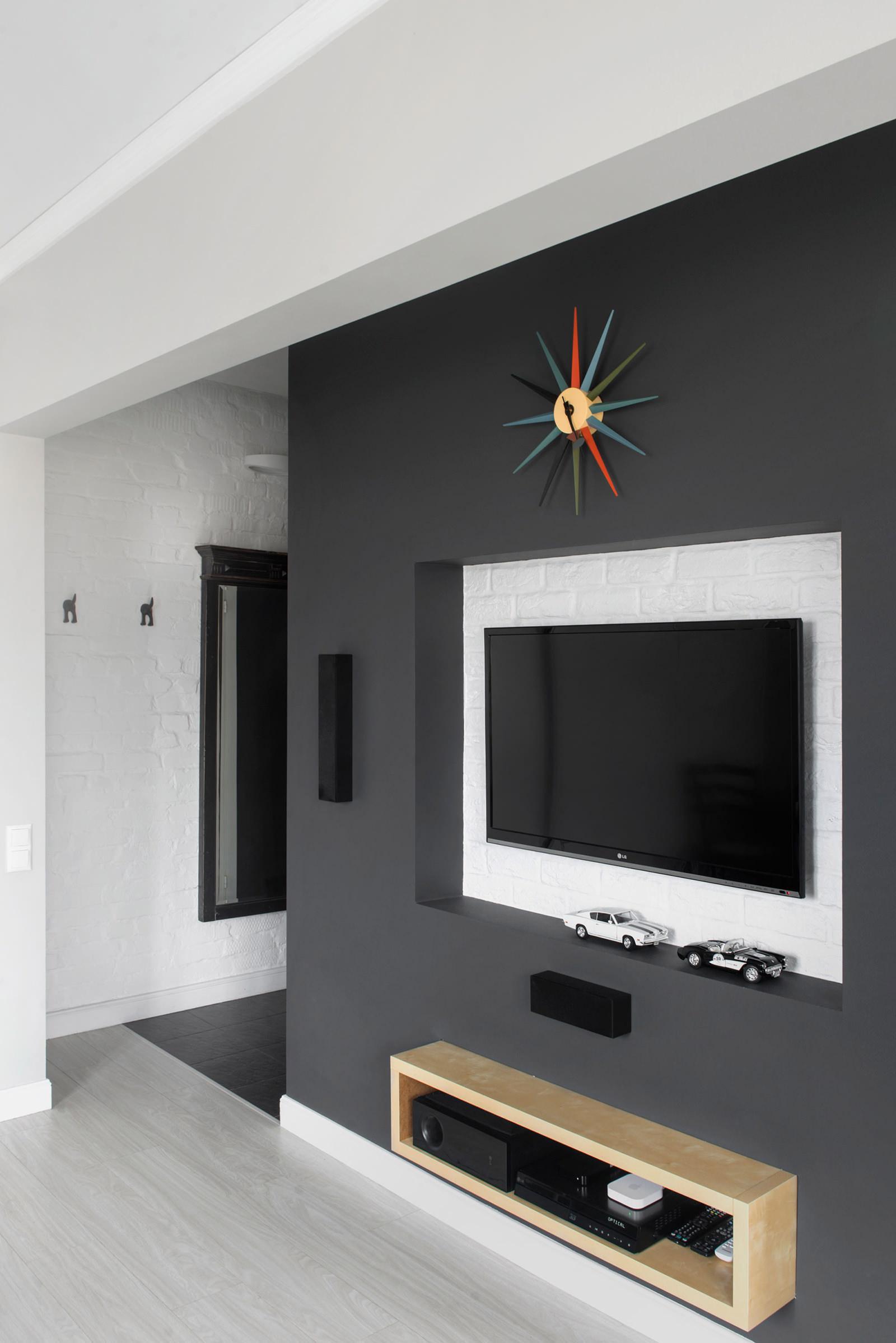 Телевизор на стене в квартире-студии