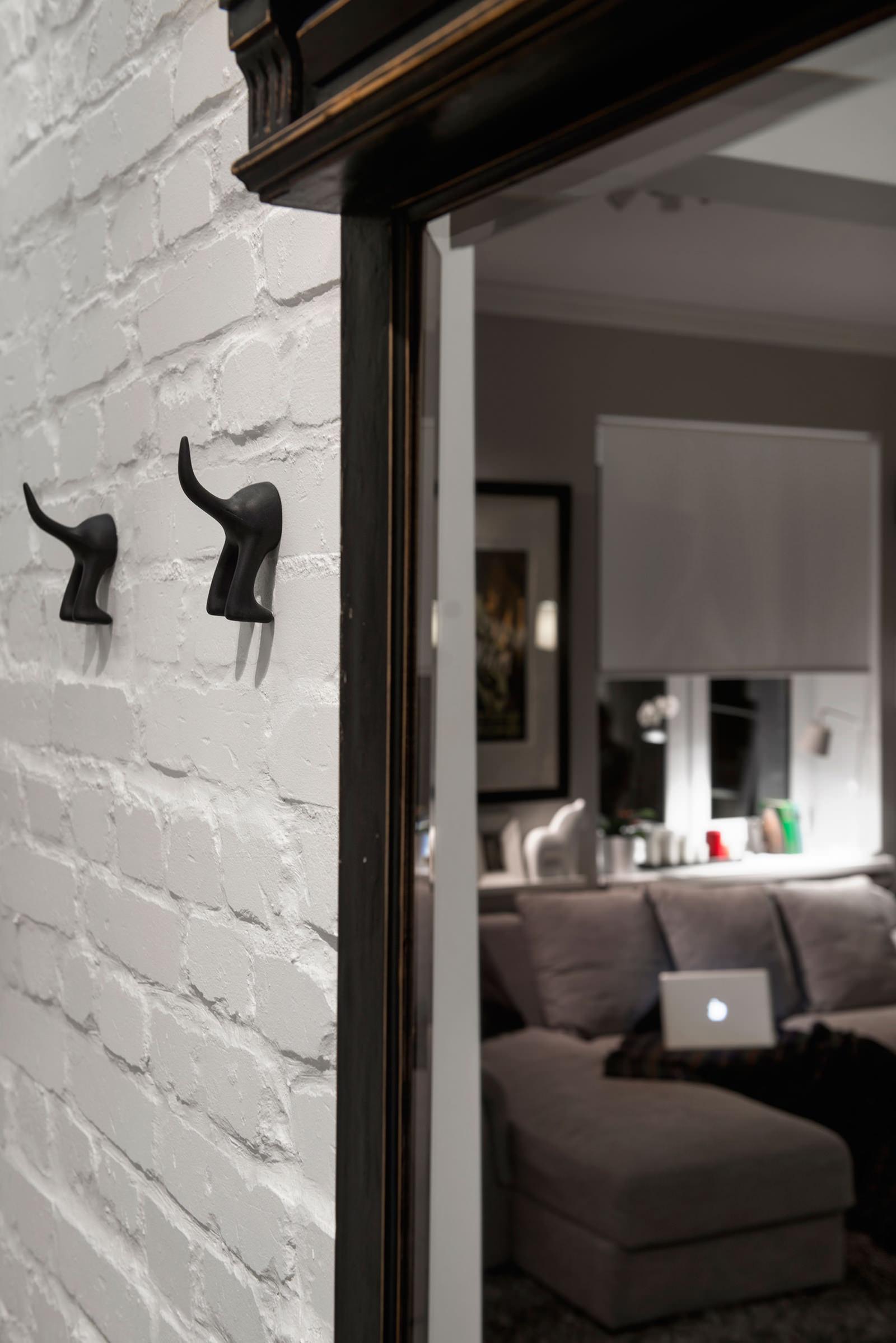 Крючки на стене в прихожей квартиры-студии